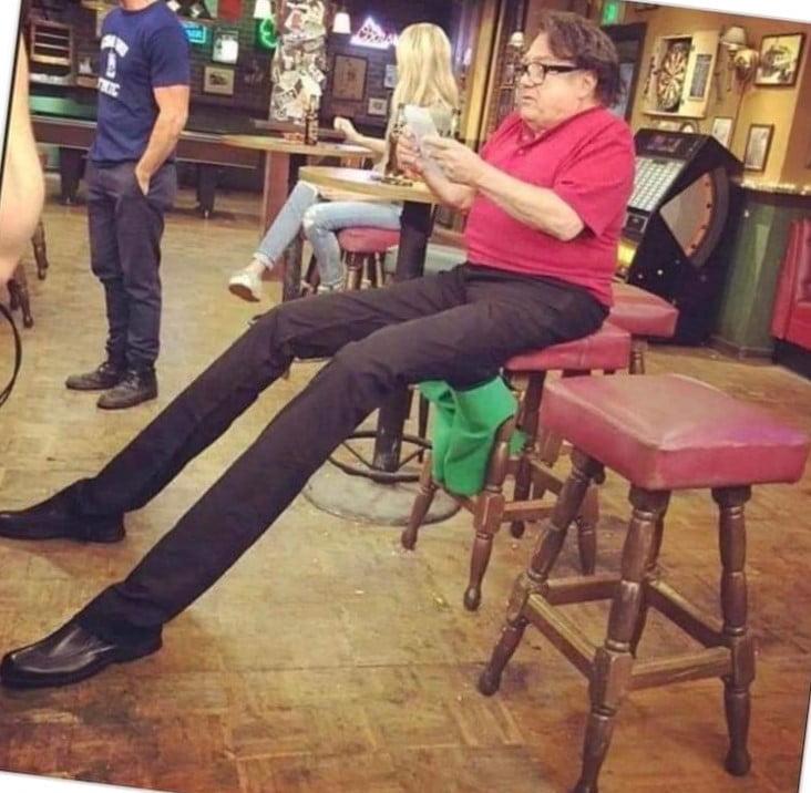 Мужчина с очень длинными ногами