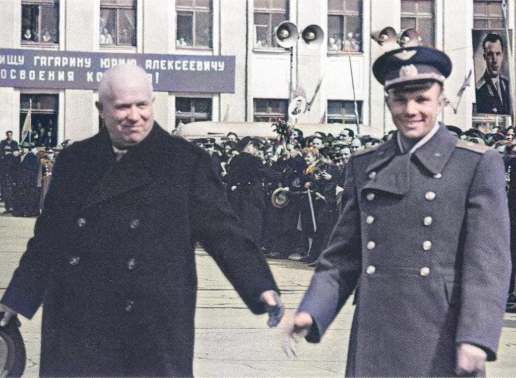 Юрий Гагарин был ростом всего лишь 157 см, Никита Сергеевич Хрущев был всего 160 см, невысокие знаменитости мужчины