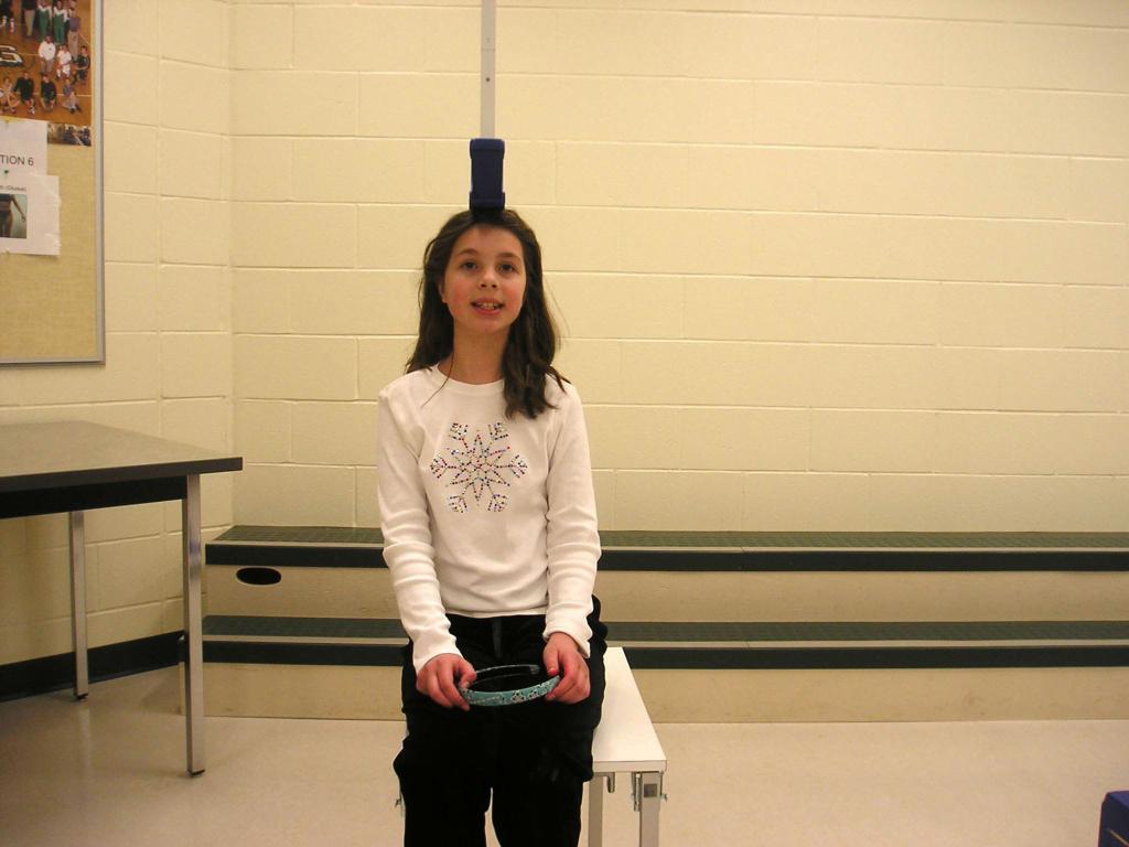 Девочка измеряет рост сидя